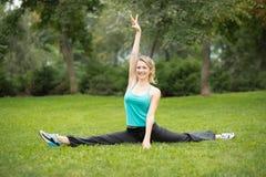 做美丽的少妇舒展锻炼 库存图片