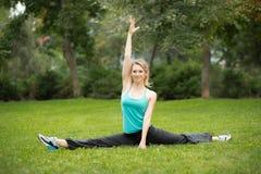 做美丽的少妇舒展锻炼 免版税库存图片