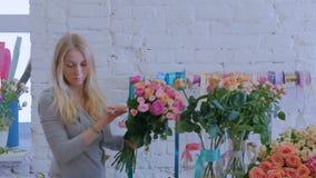 做美丽的花束的专业卖花人在花店 股票视频