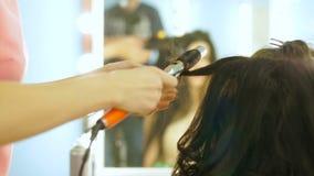 做美好的婚礼的美发师特写镜头 影视素材