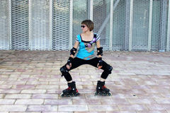 做老鹰的女孩滑冰在城市 库存图片