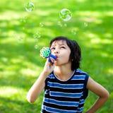 做肥皂泡的小男孩 图库摄影