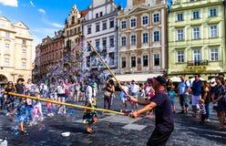 做肥皂的泡影的街道执行者在老镇中心 布拉格 免版税图库摄影