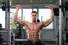 做肩膀的男性爱好健美者重量级的锻炼 免版税库存照片