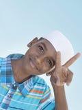 做胜利标志用他的手的12岁的男孩 库存照片