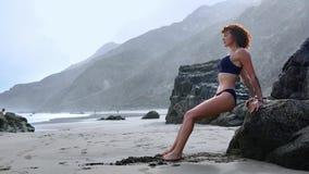 做胸口和胳膊力量锻炼的坚强的健身妇女俯卧撑 女性肌肉有动机的运动员训练 股票录像