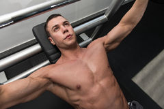 做胸口的年轻人卧推锻炼 库存照片