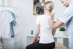 做脊髓动员的按摩脊柱治疗者 库存照片