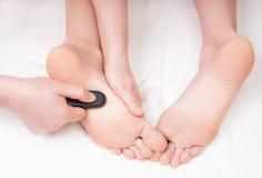 做脚按摩的治疗师 免版税图库摄影