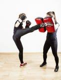 做脚踢拳击的妇女 库存照片