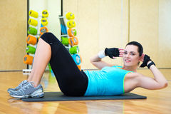 做腹肌的运动的妇女锻炼在健身房 库存照片