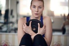 做腹肌训练的对年轻妇女 库存图片