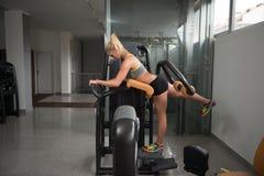 做腿的健身妇女锻炼 免版税库存图片