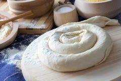 做自创乳酪饼或其他酥皮点心开胃菜 库存图片
