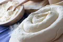 做自创乳酪饼或其他酥皮点心开胃菜 免版税库存照片
