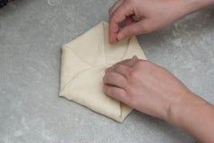 做自创俄国传统乳酪饼或其他酥皮点心开胃菜或甜点在依托盘子 逐步的热刺队 免版税库存照片