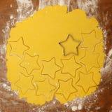 做自创圣诞节曲奇饼的过程 免版税库存照片