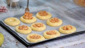 做自创开放小馅饼用苹果 Vatrushka,苹果小馅饼-传统俄国烘烤 影视素材