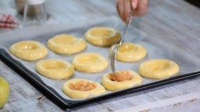 做自创开放小馅饼用苹果 Vatrushka,苹果小馅饼-传统俄国烘烤 股票录像