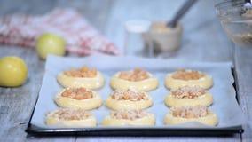 做自创开放小馅饼用苹果 Vatrushka,苹果小馅饼-传统俄国烘烤 股票视频