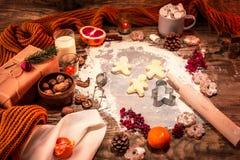 做自创的面包店,姜饼曲奇饼以圣诞树特写镜头的形式 库存图片