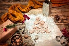 做自创的面包店,姜饼曲奇饼以圣诞树特写镜头的形式 图库摄影