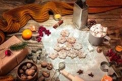 做自创的面包店,姜饼曲奇饼以圣诞树特写镜头的形式 库存照片