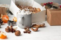 做自创的面包店,姜饼曲奇饼以圣诞树特写镜头的形式 免版税图库摄影