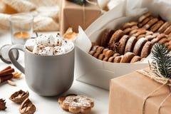 做自创的面包店,姜饼曲奇饼以圣诞树特写镜头的形式 免版税库存照片