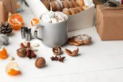 做自创的面包店,姜饼曲奇饼以圣诞树特写镜头的形式 免版税库存图片