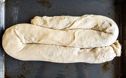 做自创苹果果馅奶酪卷饼在依托盘子 图库摄影