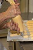 做自创面包店名字的厨师是州奶油 库存图片