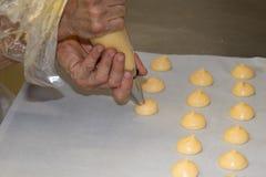 做自创面包店名字的厨师是州奶油 图库摄影