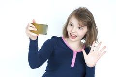 做自已手机的小女孩 库存照片