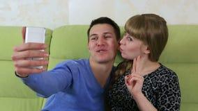 做自已智能手机的年轻快乐夫妇 被唬弄的乐趣 影视素材