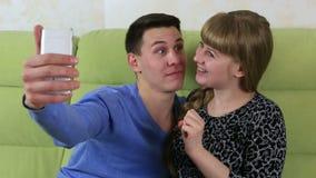做自已智能手机的年轻快乐夫妇 被唬弄的乐趣 股票录像