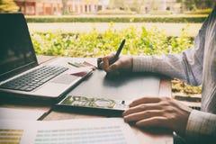做自由职业者使用数字式片剂,计算机,人w的图表设计师 免版税库存图片