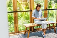 做自由职业者工作 研究便携式计算机的自由职业者妇女 事务 免版税库存照片