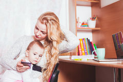 做自由职业者有婴孩的工作的妈妈 免版税库存图片