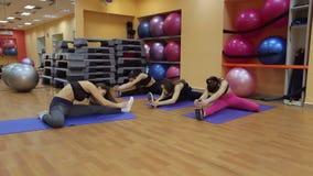 做舒展在健身房的小组女孩 影视素材