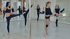 做舒展在杆舞蹈俱乐部的妇女 免版税库存图片
