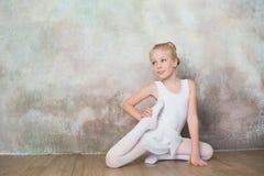 做舒展在锻炼前的一点跳芭蕾舞者 免版税图库摄影