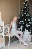 做舒展在锻炼前的一点跳芭蕾舞者 免版税库存图片