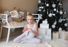 做舒展在锻炼前的一点跳芭蕾舞者 免版税库存照片