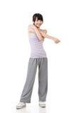 做舒展锻炼的健身亚裔女孩 免版税库存照片