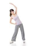 做舒展锻炼的健身亚裔女孩 免版税库存图片