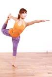 做舞蹈姿势的瑜伽阁下的年轻日本妇女 免版税库存图片