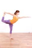 做舞蹈姿势的瑜伽阁下的年轻日本妇女 库存照片