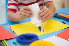 做艺术的逗人喜爱的小男孩在教室 免版税图库摄影