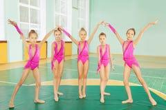 做节奏体操的女孩在体育馆里 库存图片